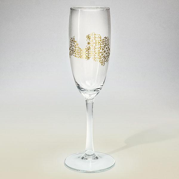 Šampanieša glāze ar zelta Latvijas kontūru.