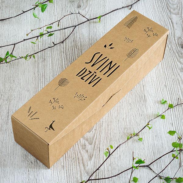 """Kartona vīna kaste ar lāzergrieztu tekstu: """"Svini dzīvi"""""""