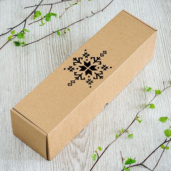 Kartona vīna kaste ar lāzergrieztu latviešu zīmi