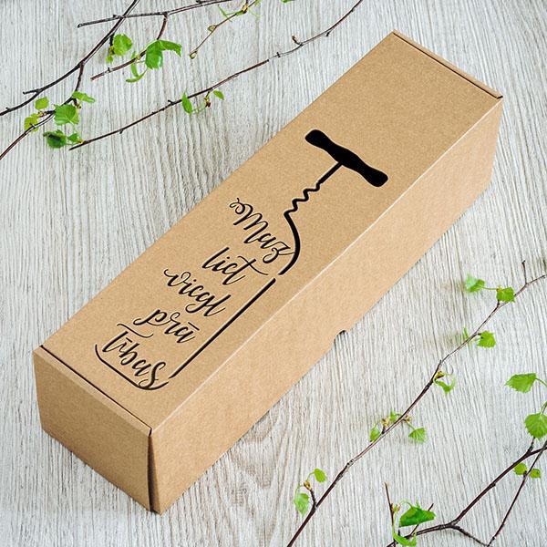 """Kartona vīna kaste ar lāzergrieztu tekstu: """"Mazliet mieglprātības"""""""