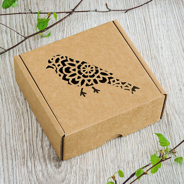 Kartona kaste ar lāzergrieztu putna zīmējumu