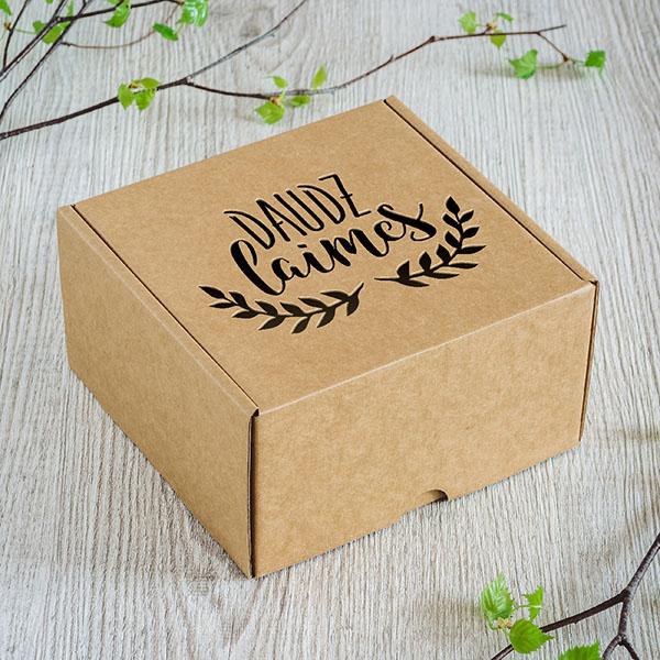 """Kartona kaste ar lāzergrieztu tekstu: """"Daudz laimes"""""""