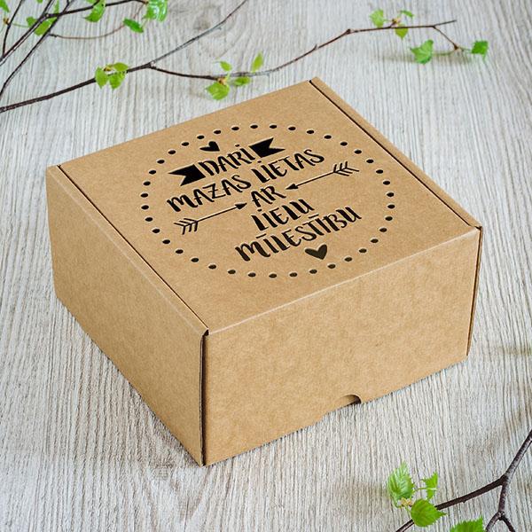 """Kartona kaste ar lāzergrieztu tekstu: """"Dari mazas lietas ar lielu mīlestību"""""""