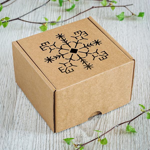 Gaiša kartona dāvanu kaste ar lāzergrieztu saulīti
