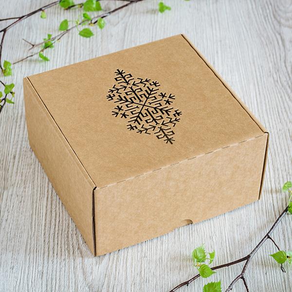 Gaiša kartona dāvanu kaste ar lāzergrieztu Austras koku