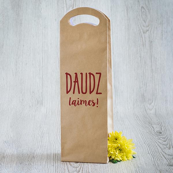 Gaišs dāvanu maisiņš vīna pudelēm ar sarkanu apdruku ar tekstu Daudz laimes