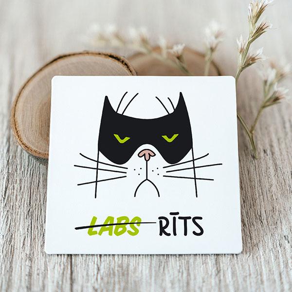 """Vinila magnēts ar dusmīgo kaķi ar tekstu """"labs"""" rīts"""