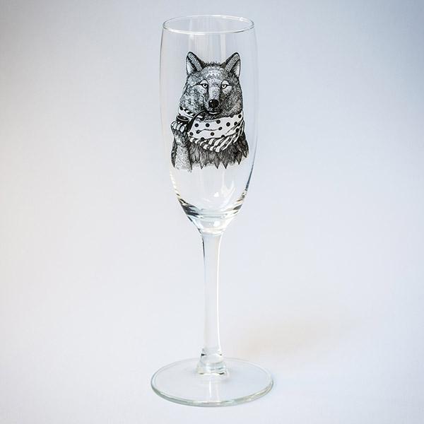 Šampanieša glāze ar melnu vilka zīmējumu