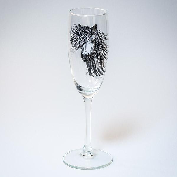 Šampanieša glāze ar melnu zirga zīmējumu