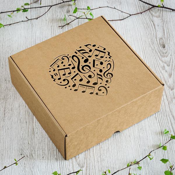 Dāvanu kaste ar lāzergrieztu sirdi un mūzikas notīm
