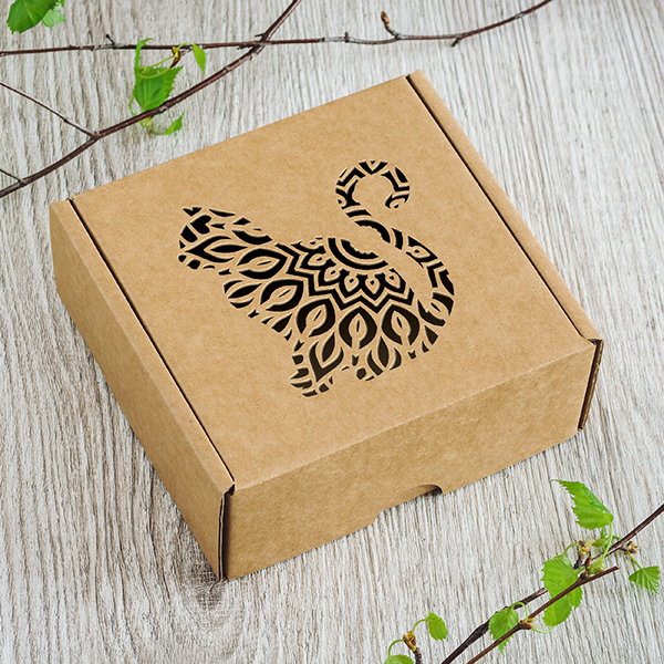 Maza dāvanu kaste ar lāzergrieztu kaķi