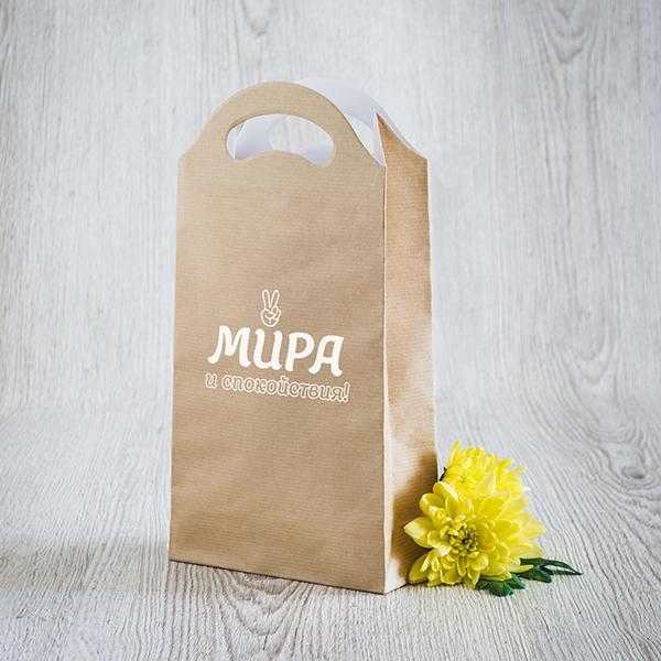 Gaišs dāvanu maisiņš ar baltu apdruku ar tekstu krievu valodā Mieru, tikai mieru
