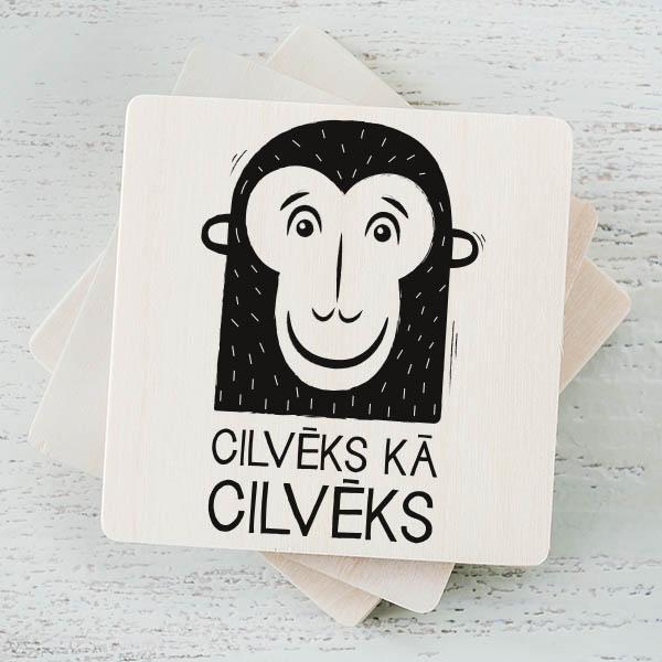 """Balts magnēts ar melnu mērkaķa zīmējumu un tekstu: """"Cilvēks kā cilvēks"""""""