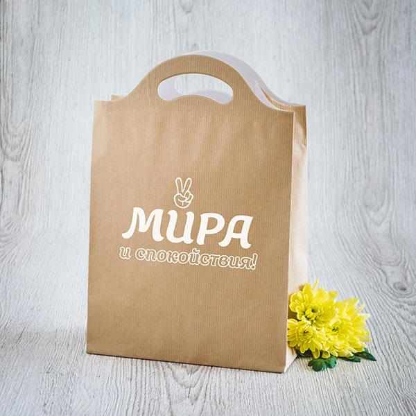 Gaišs dāvanu maisiņš ar baltu tekstu krievu valodā Mieru, tikai mieru