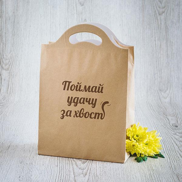 Gaišs dāvanu maisiņš ar brūnu tekstu krievu valodā Noķer veiksmi aiz astes