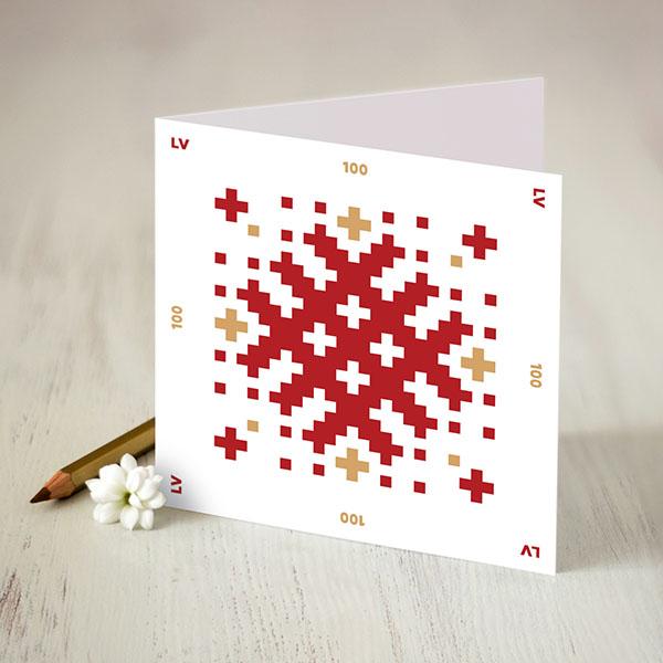 Atverama apsveikuma kartīte ar sarkanu un zeltītu Latvju rakstu