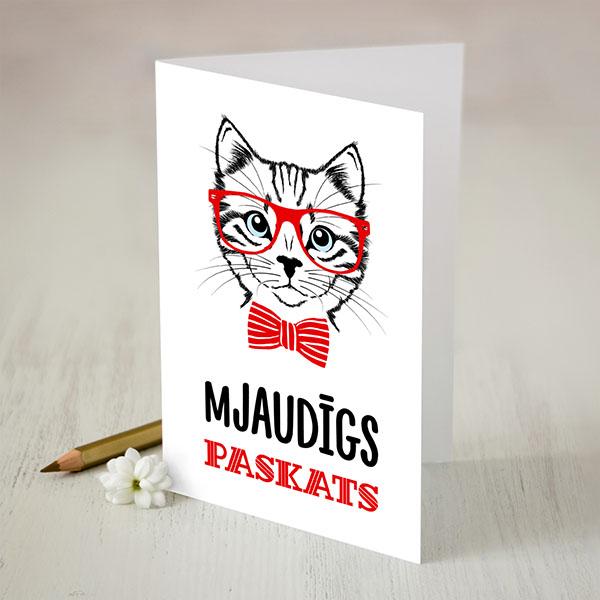 Atverama kartīte ar sarkanu un melnu apdruku ar kaķi un tekstu: Mjaudīgs paskats