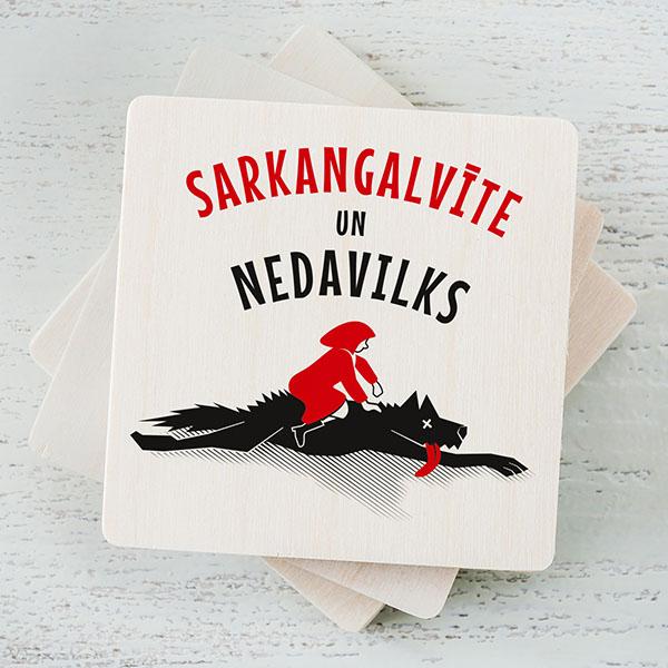 """Balts magnēts ar krāsainu sarkangalvītes un vilka zīmējumu un tekstu: """"Sarkangalvīte un nedavilks"""""""