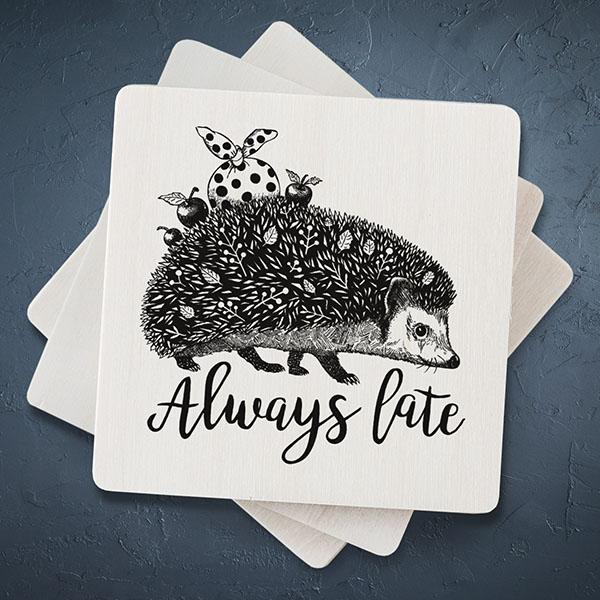 """Balts magnēts ar melnu eža zīmējumu un tekstu: """"Always late"""""""
