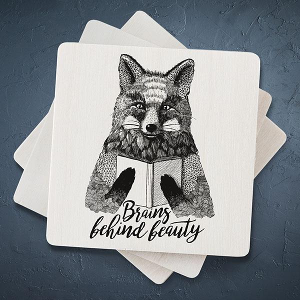 """Balts magnēts ar melnu lapsas zīmējumu un tekstu: """"Brains behind beauty"""""""