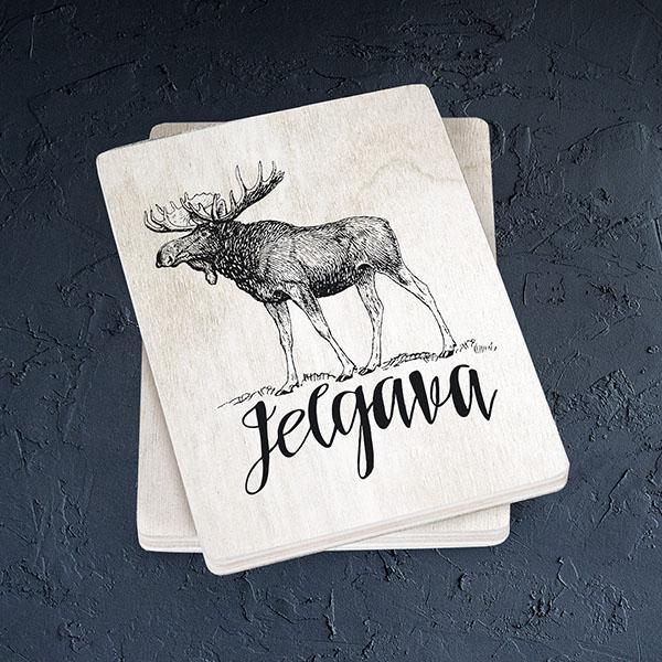 """Balts magnēts ar melnu aļņa zīmējumu un tekstu: """"Jelgava"""""""