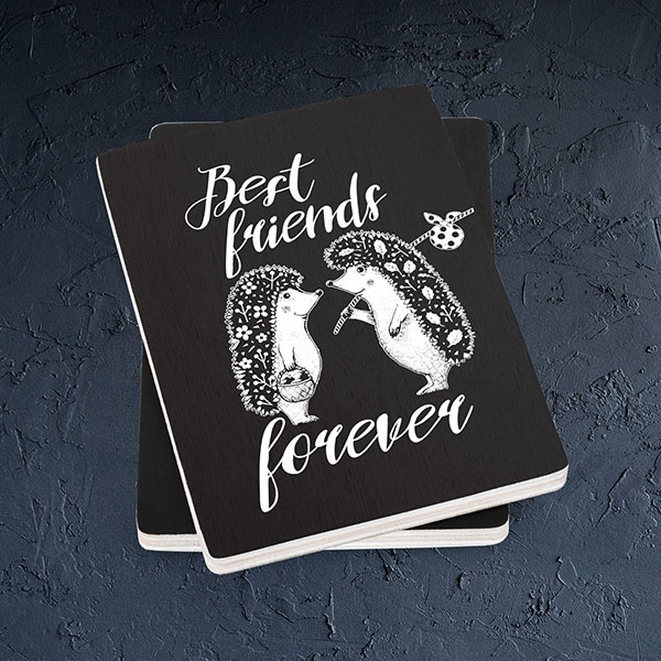 "Melns magnēts ar baltu divu ežu zīmējumu un tekstu: ""Best friends forever"""