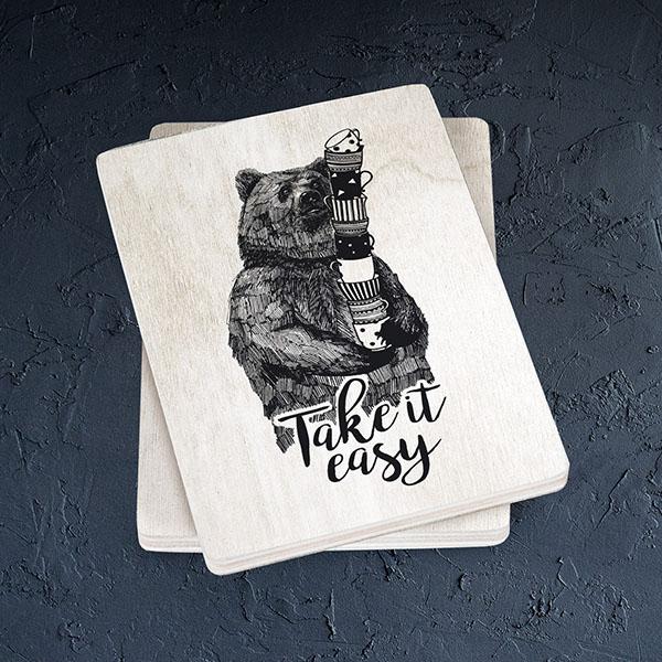 """Balts magnēts ar melnu lāča zīmējumu un tekstu: """"Take it easy"""""""