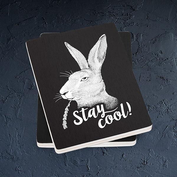 """Melns magnēts ar baltu zaķa zīmējumu un tekstu: """"Stay cool!"""""""