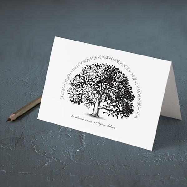"""Apsveikuma kartiņa ar ozola zīmējumu un tekstu: """"Ar saknēm zemē, ar lapām debesīs"""""""