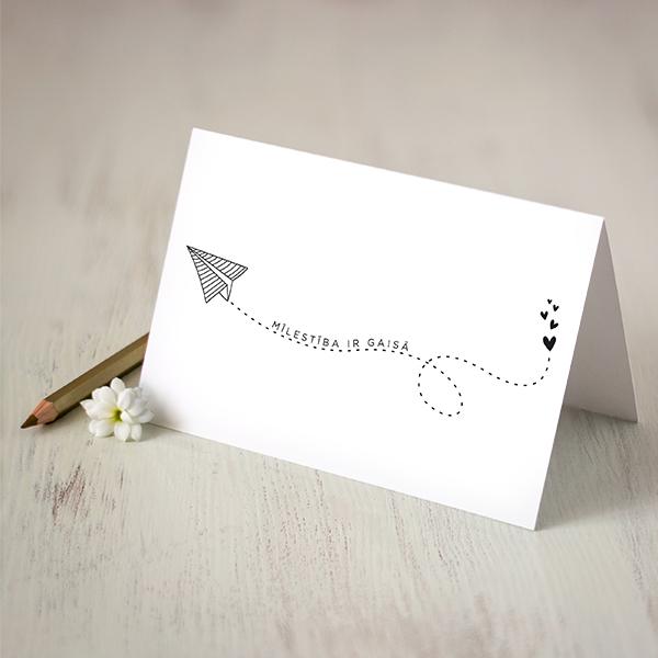 """Atverama apsveikumu kartiņa ar lidmašīnas zīmējumu un tekstu: """"Mīlestība ir gaisā"""""""