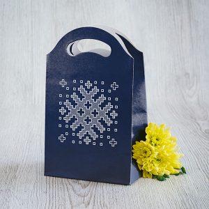 Dāvanu maisiņš, 245x150x92mm, ar Latvijas ornamentu zīmējumu.