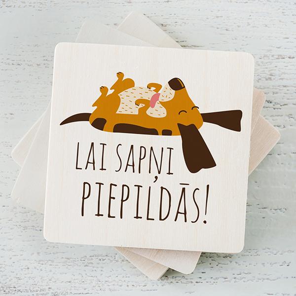 """Balts magnēts ar krāsainu tējas suņa zīmējumu un tekstu: """"Lai sapņi piepildās!"""""""