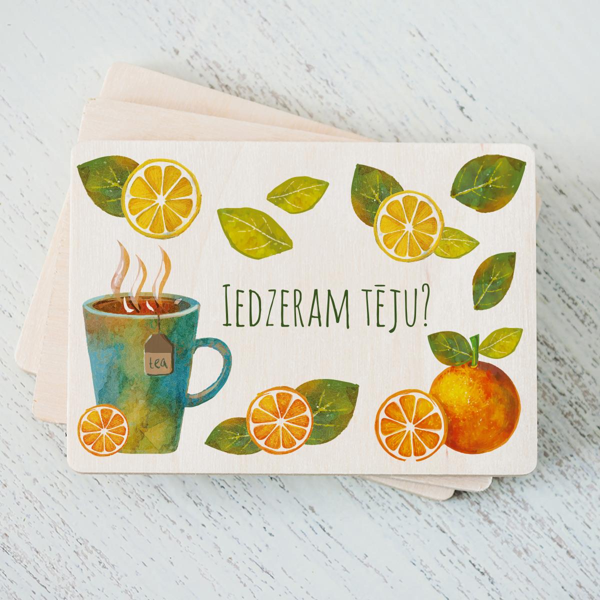 """Balts magnēts ar krāsainu tējas tases zīmējumu un tekstu: """"Iedzeram tēju?"""""""