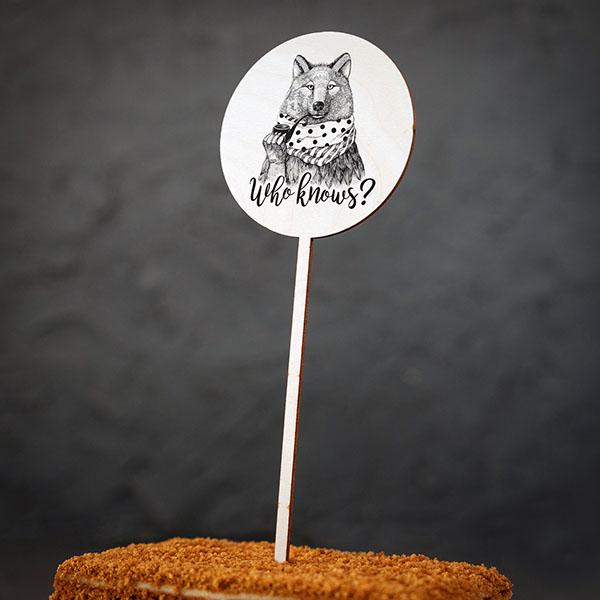 """Dekoratīvs kūku dekors ar vilka zīmējumu un tekstu: """"Who knows?"""""""