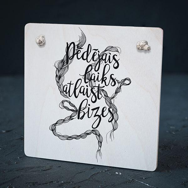 """Balts dekoratīvais dēlītis ar bižu zīmējumu un tekstu: """"Pēdējais laiks atlaist bizes"""""""