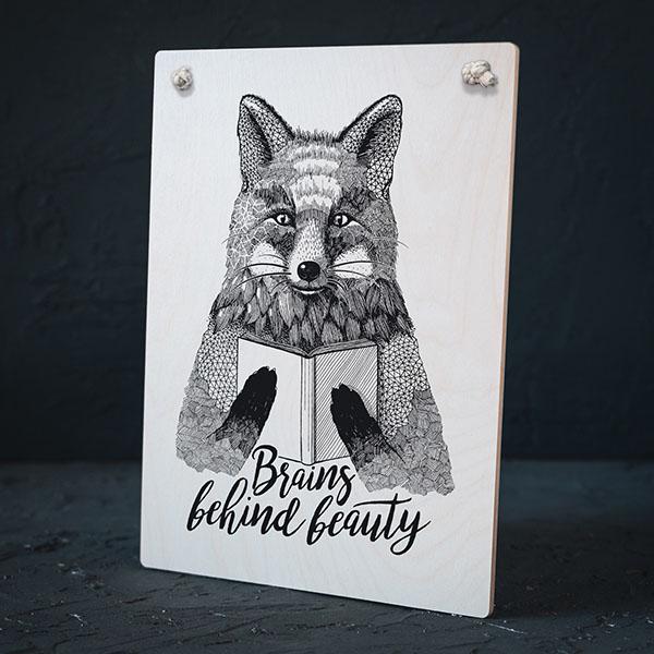 """Balts dekoratīvais dēlītis ar melnu lapsas zīmējumu un tekstu: """"Brains behind beauty"""""""
