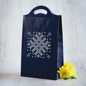 Dāvanu maisiņš ar Latvijas ornamentu zīmējumu.