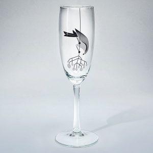 dadzis šampanieša glāze ar putnu un sudraba ogām