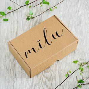 """Kartona kaste ar lāzergravētu tekstu: """"Mīlu"""""""