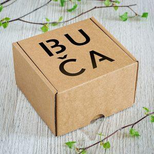 "Kartona kaste ar lāzergravētu tekstu: ""Buča"""