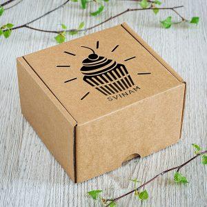 """Kartona kaste ar lāzergravētu kesa zīmējumu un tekstu: """"Svinam"""""""