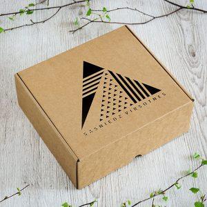 """Kartona kaste ar lāzergravētu tekstu: """"Sasniedz virsotnes"""""""