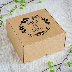 "Kartona kaste ar lāzergravētu tekstu: ""Daba ir laba"""