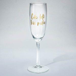 """Šampanieša glāze ar zelta tekstu: """"Cik ļoti tevi mīlu"""""""