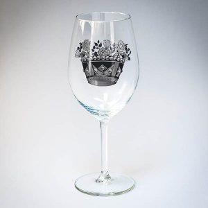 Vīna glāze ar melnu kroņa zīmējumu.