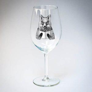 Vīna glāze ar melnu lapsas zīmējumu.