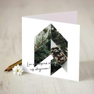 Daba balta kartiņa ar egli un čiekuriem un uzrakstu lai sniedziņš snieg uz skujiņām