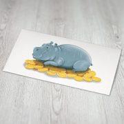 naudas aploksne ar nīlzirgu kas guļ uz naudas monētām