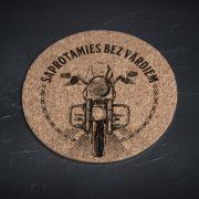 mazais korķa paliktnis ar motociklu un tekstu saprotamies bez vārdiem