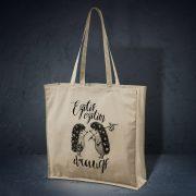 kokvilnas auduma soma bēšā krāsā ar attēlotiem diviem ežiem un tekstu ezītis ezītim draugs
